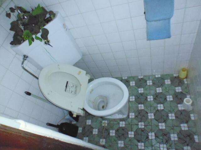 工事前タイル貼りトイレ
